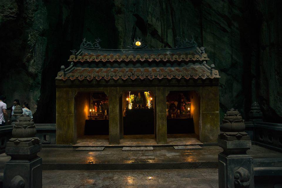 Đền Ông Tơ Bà Nguyệt bên trong động Huyền Không