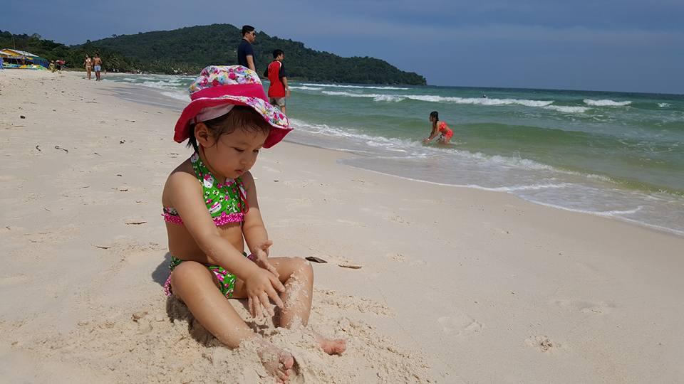 Bãi Sao Phú Quốc với triền cát trải dài trắng mịn và làn nước trong xanh, mát lành