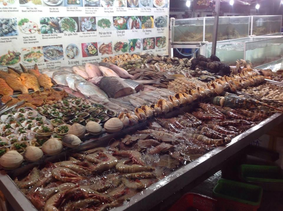 Chợ đêm Dinh Cậu với rất nhiều món ăn ngon - bổ - rẻ được chế biến từ hải sản thơm ngon