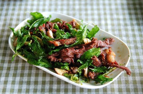 du lịch thái lan nên ăn gì : Nuea daet diao kaphrao thot: